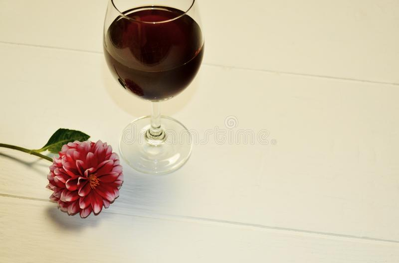 Les verres transparents se trouvent avec le vin rouge sur un fond blanc images libres de droits