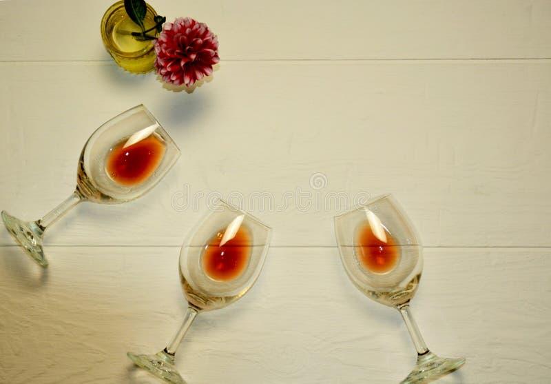 Les verres transparents se trouvent avec le vin rouge sur un fond blanc images stock