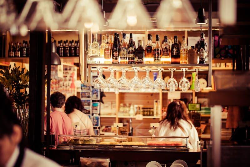 Les verres vides pour le vin au-dessus d'une barre étirent photo libre de droits