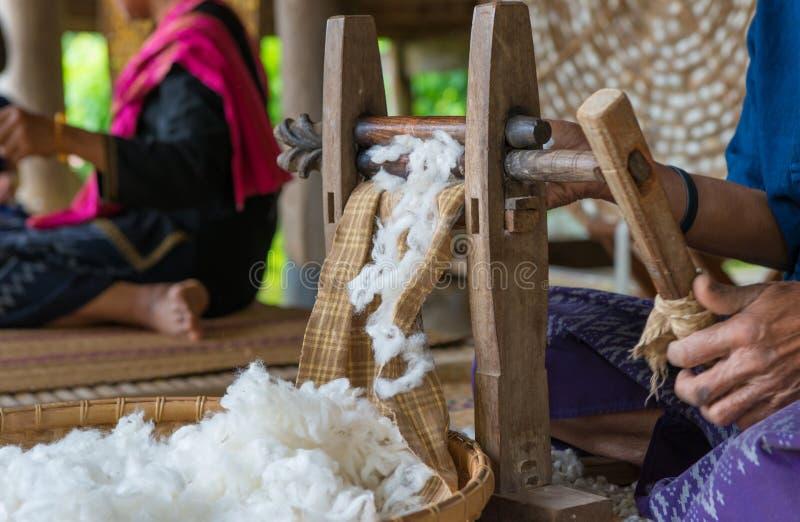 Les vers à soie nichent dans le plat blanc et emploient pour le tissu en soie photographie stock libre de droits