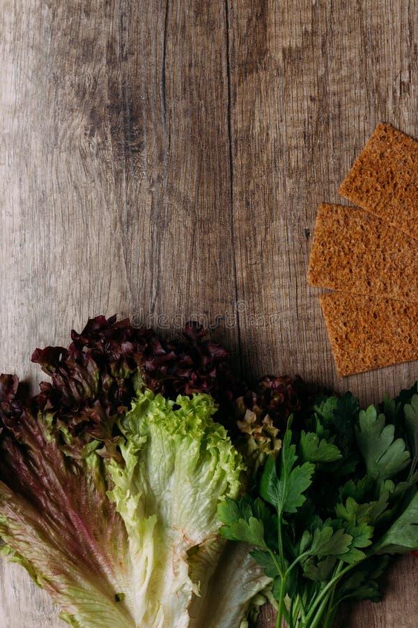 Les verts et sèchent, panent, des biscuits, biscuit, croquant sur la table photos libres de droits