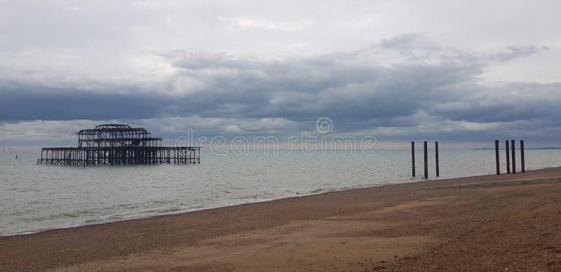 Les vestiges de West Pier, quai d'agrément victorien à Brighton, Angleterre photographie stock
