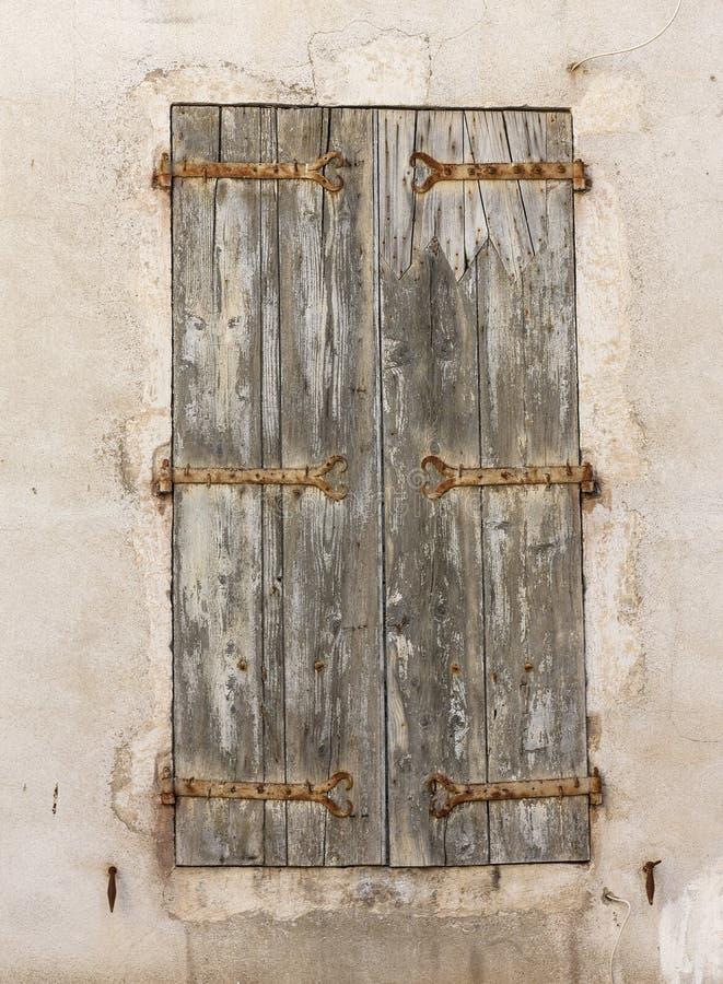 Les vieilles belles fenêtres en bois dans les Frances images stock