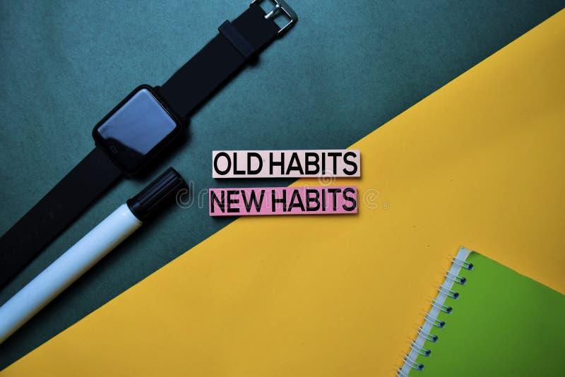 Les vieilles habitudes ou les nouvelles habitudes textotent sur le fond de table de couleur de vue supérieure image stock