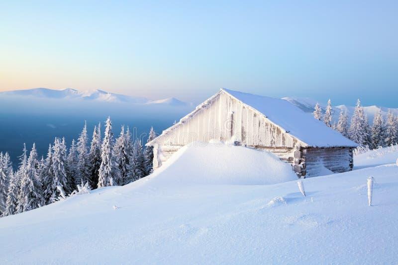 Les vieilles maisons pour le repos pour le matin froid d'hiver images stock
