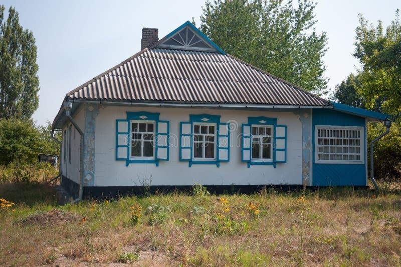 Les vieilles maisons rentrées se garent en été dans le musée de Pirogovo, Ukraine photographie stock libre de droits