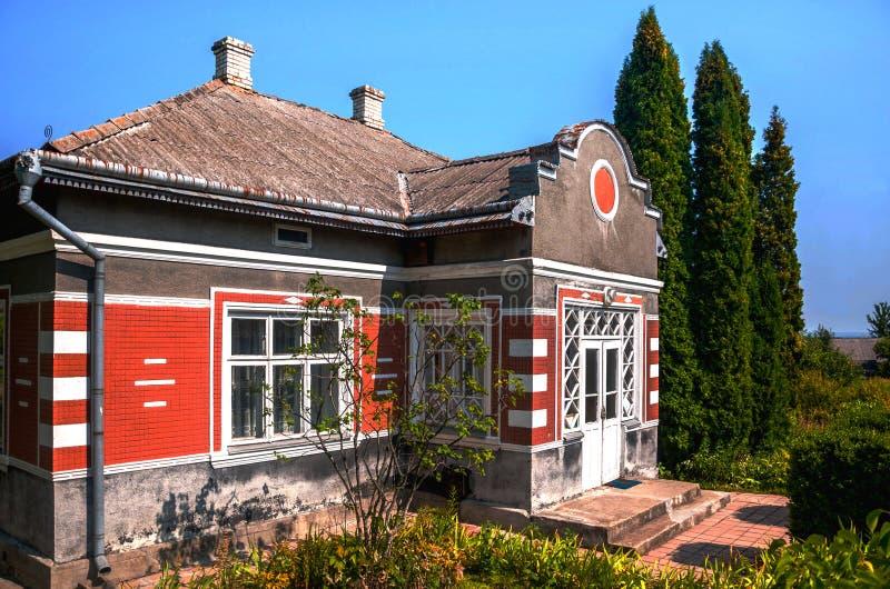 Les vieilles maisons rentrées se garent en été, Kiev, Ukraine photographie stock libre de droits