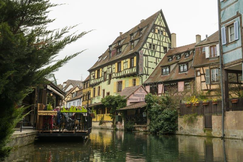 Les vieilles maisons s'approchent du canal de l'eau à peu de Venise à Colmar image libre de droits
