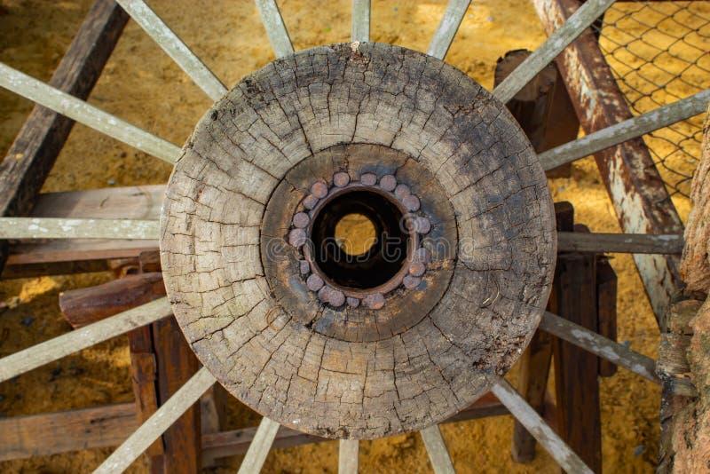 Les vieilles roues en bois photos libres de droits
