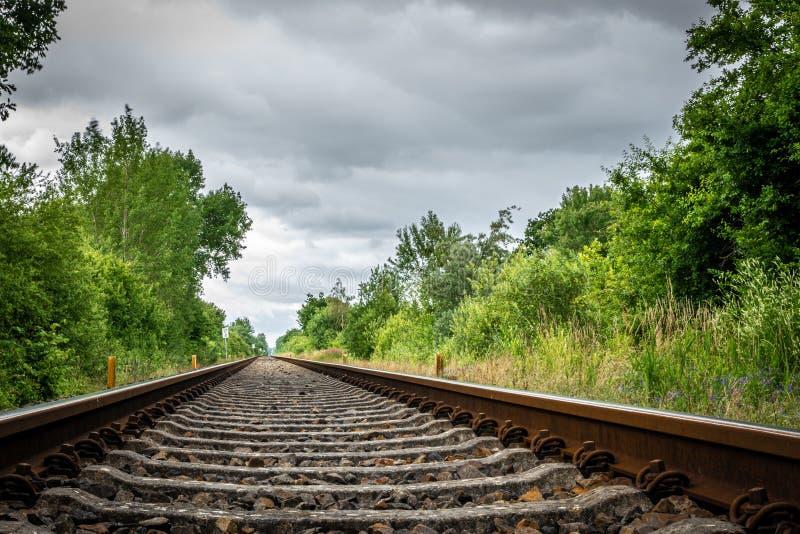 Les vieilles voies ferroviaires mènent à l'horizon photographie stock