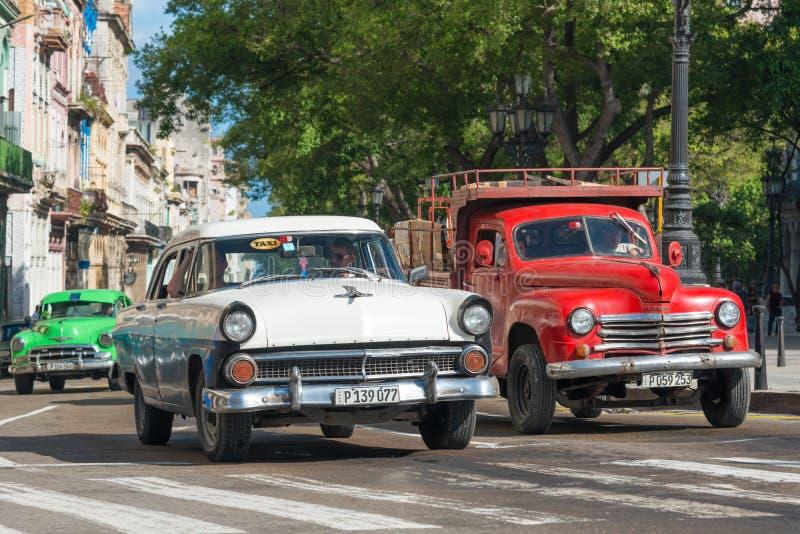 Les vieilles voitures classiques ont utilisé des taxis à La Havane photographie stock libre de droits