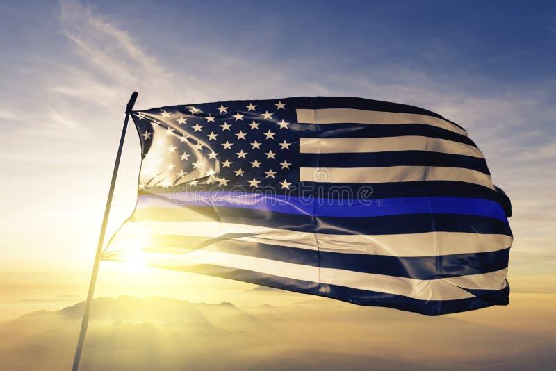 Les vies bleues importent tissu américain de tissu de textile de drapeau d'étoiles ondulant sur le brouillard supérieur de brume  illustration libre de droits
