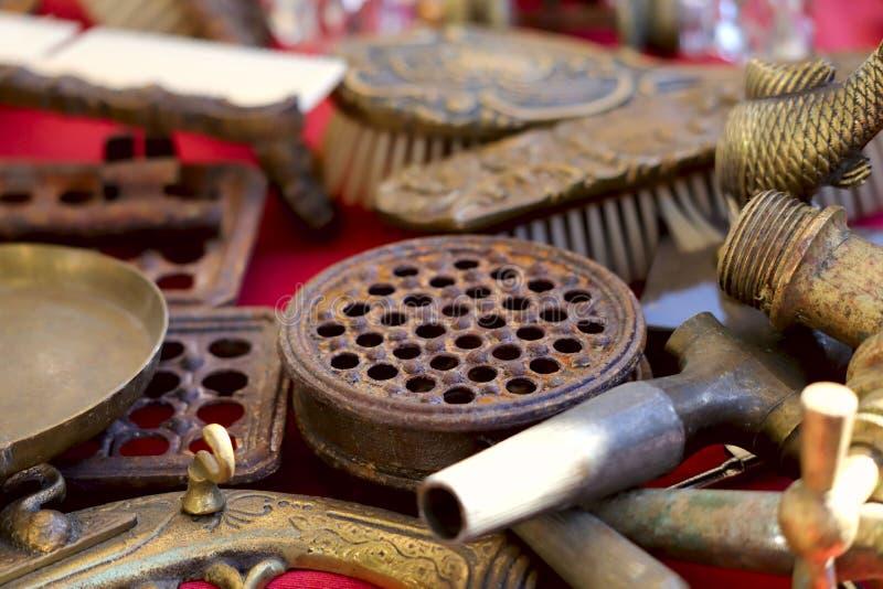 Les vieux articles en métal sont sur la table au marché aux puces photo libre de droits