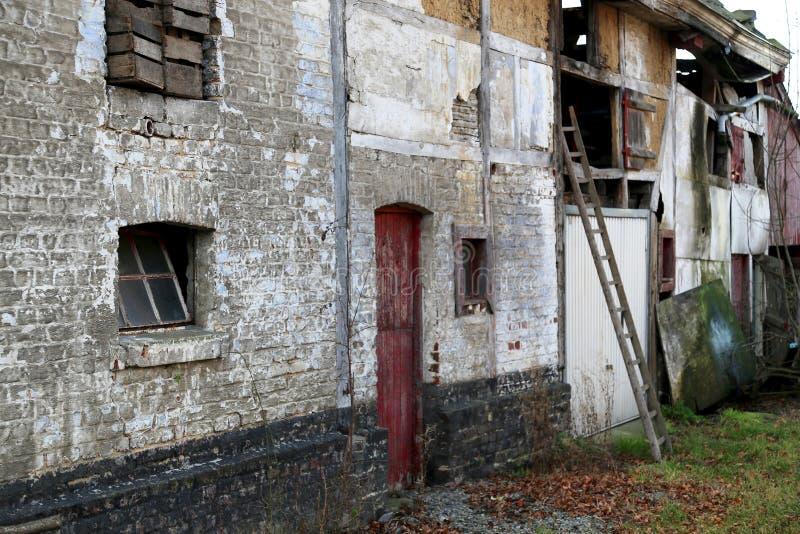 Les vieux bâtiments historiques tomberont en délabrement de plus en plus en raison du manque de ressources financières pour le ma images stock