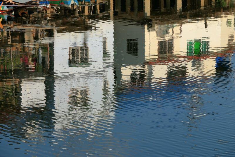 Les vieux bâtiments se reflétant en rivière soustraient le fond photo libre de droits