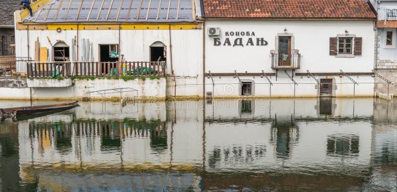 Les vieux bâtiments se sont reflétés dans le lac images stock