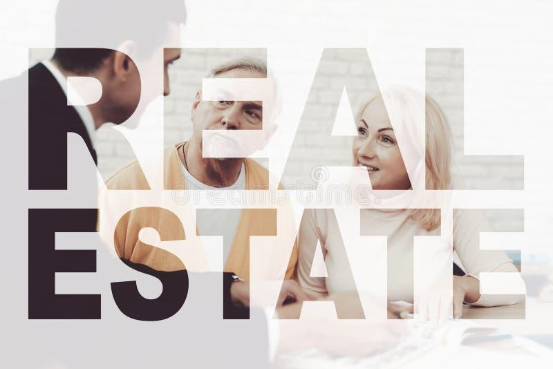 Les vieux couples rencontrent l'agent immobilier Voile de Real Estate photos stock