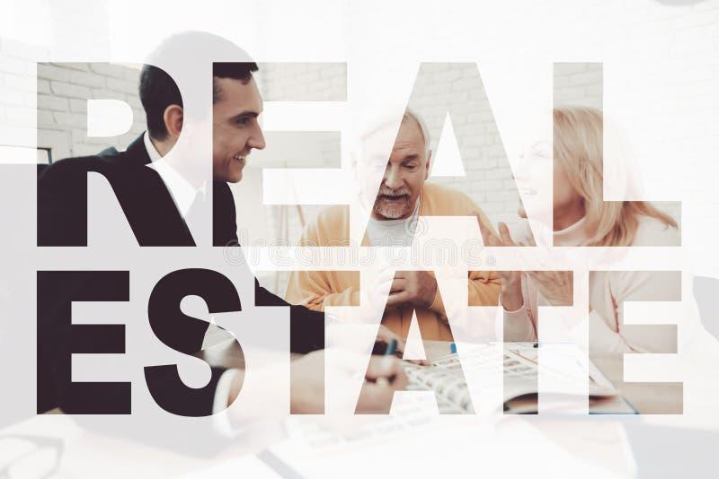 Les vieux couples rencontrent l'agent immobilier Voile de Real Estate photographie stock libre de droits
