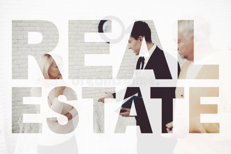 Les vieux couples rencontrent l'agent immobilier Voile de Real Estate photo stock