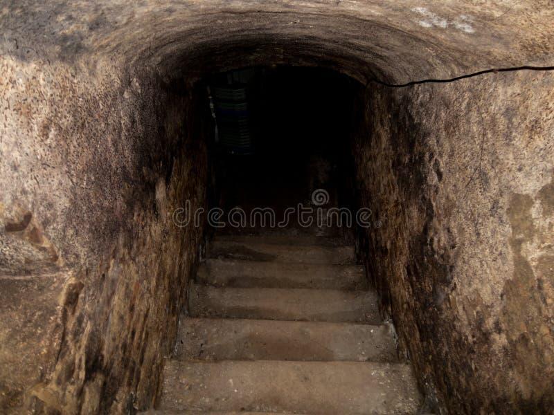 Les vieux escaliers rugueux d'entrée de sous-sol de brique ombragent le va photographie stock libre de droits