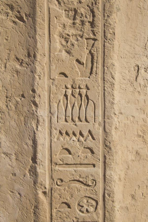 Les vieux hiéroglyphes de l'Egypte ont découpé sur la pierre photo stock