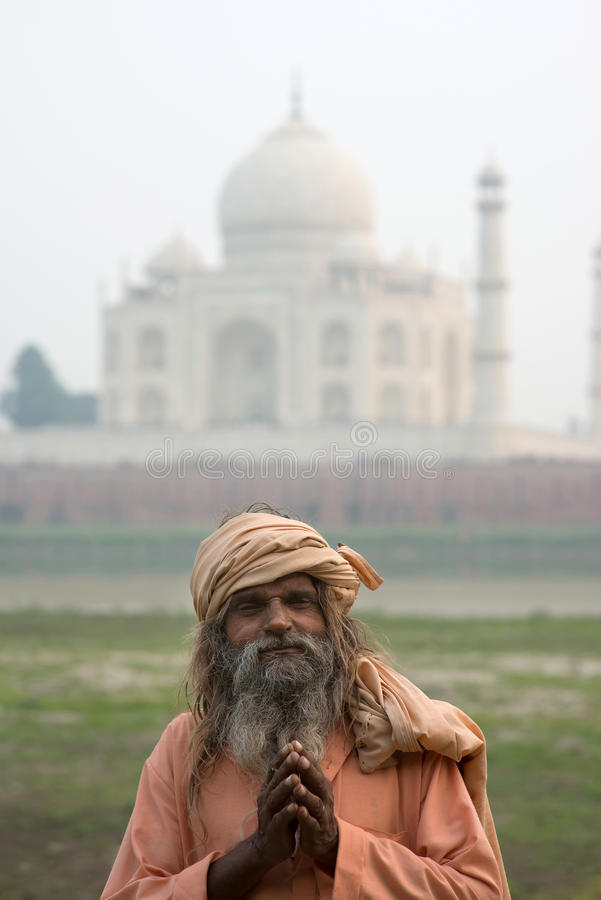 Les vieux hommes (sadhu) restant près de Taj Mahal, Âgrâ, image stock