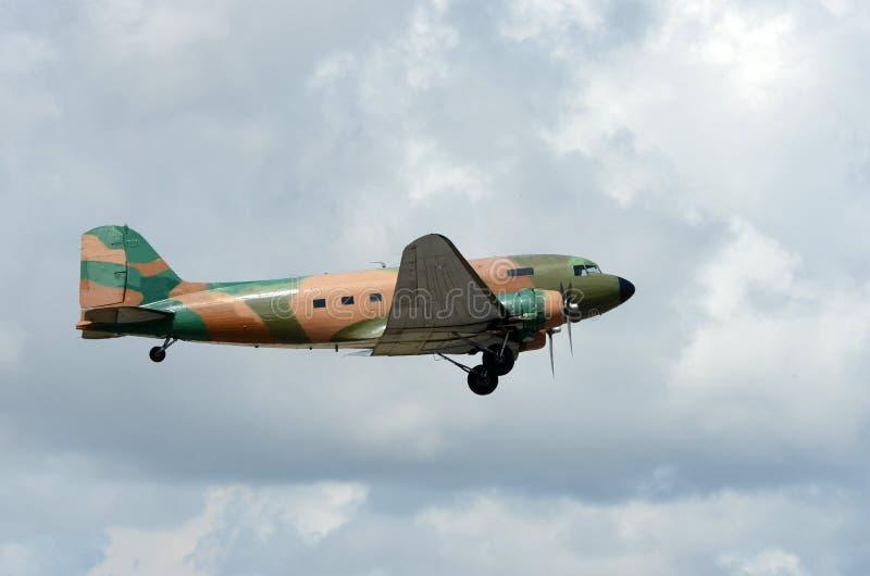 Les vieux militaires transportent l'avion image stock
