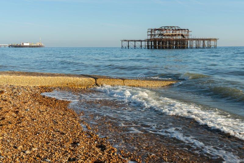 Les vieux restes de Brighton Pier ont laissé la position en mer avec de belles vagues à Brighton et pilier occidental de Hove Tar photos stock