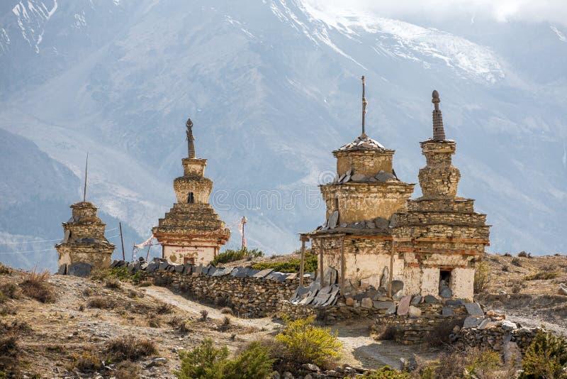 Les vieux stupas bouddhistes traditionnels sur le circuit d'Annapurna Trek images libres de droits