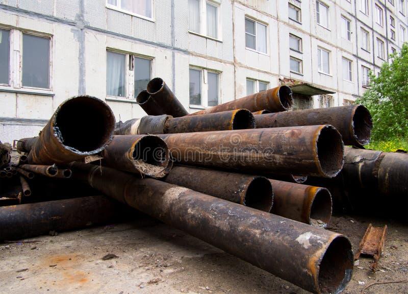 Les vieux tuyaux sont partis après la modernisation du système d'approvisionnement de chauffage et en eau du ` s de ville photographie stock
