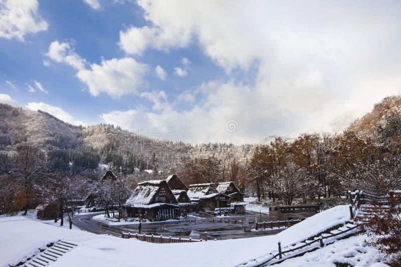 Les villages historiques d'hiver de Shirakawa-vont et Gokayama Japon Tra photos stock