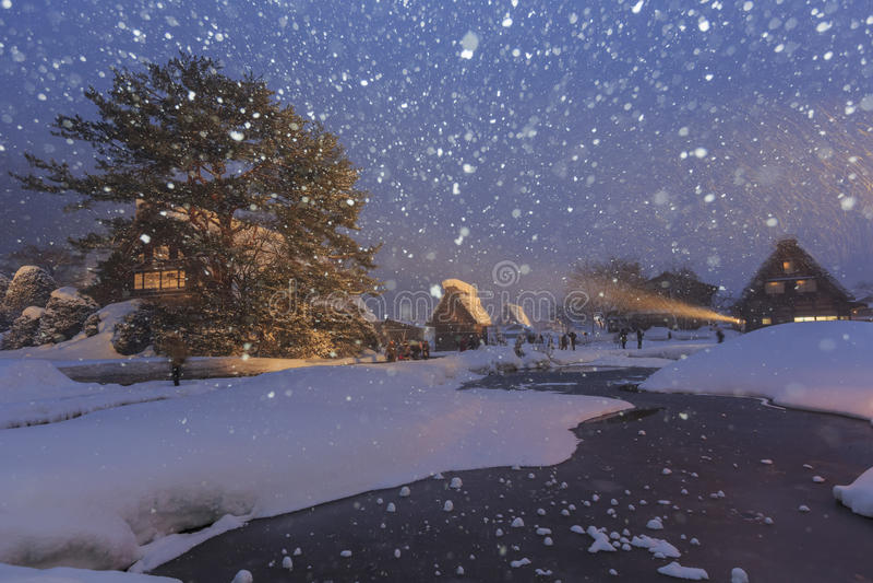 Les villages historiques de Shirakawa-vont dans un jour neigeux images libres de droits