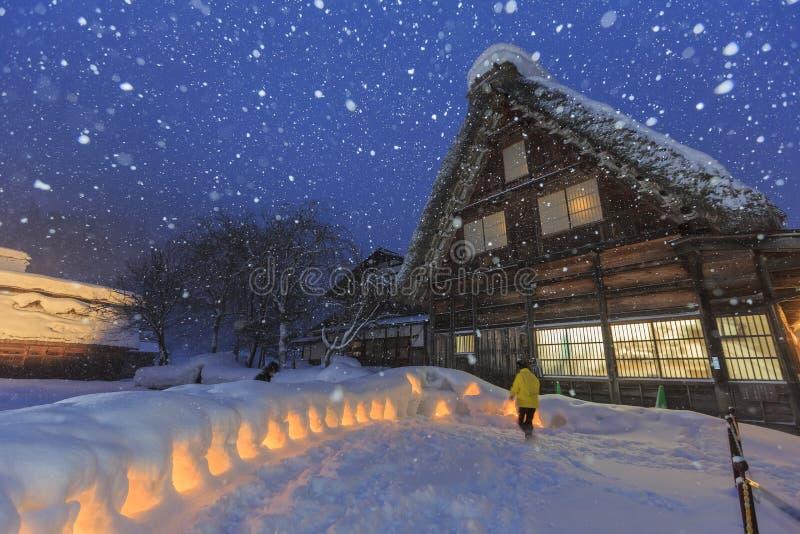 Les villages historiques de Shirakawa-vont dans un jour neigeux photos libres de droits