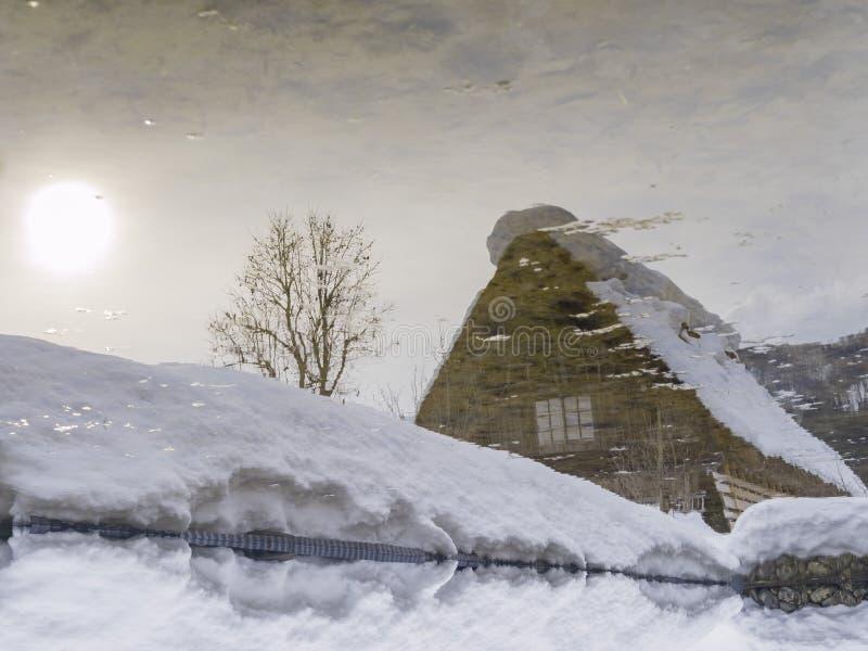 Les villages historiques de Shirakawa-vont dans un jour neigeux image libre de droits