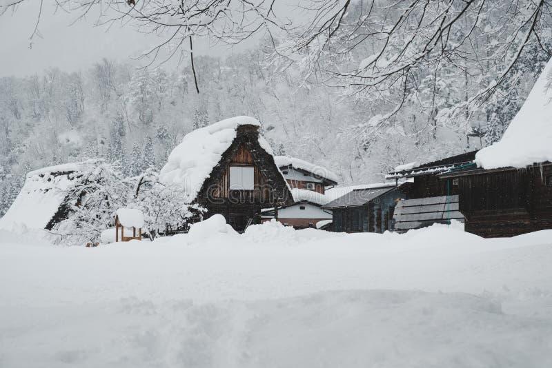 Les villages historiques de Shirakawa-vont, le Japon dans le jour neigeux, ton de film image stock