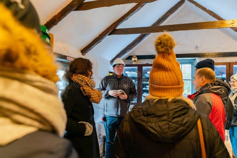 Les visiteurs étaient dans la salle de préparation aux mines de Glengowla photos libres de droits
