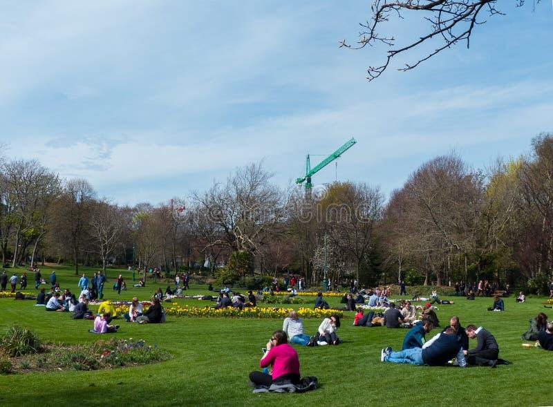 Les visiteurs apprécient la beauté du parc de Phoenix, en Dublin City, avec ses fleurs de ressort et lits de tulipe photo libre de droits