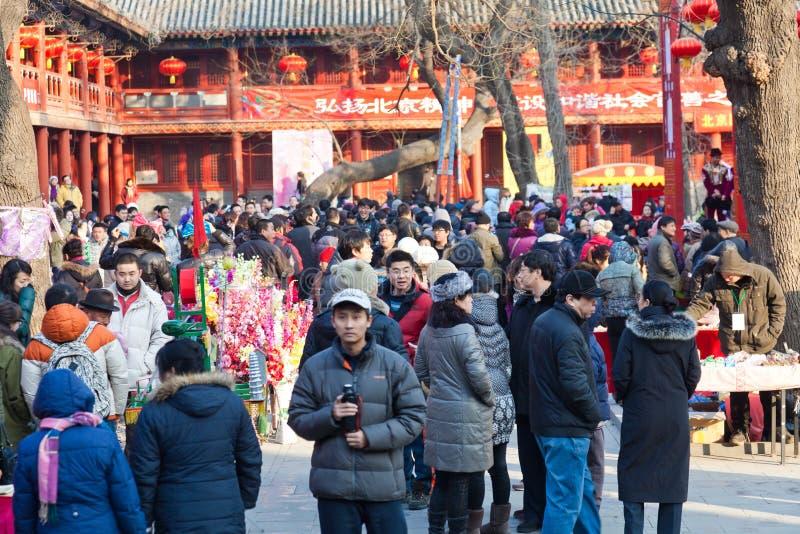 Les visiteurs apprécient la foire de temple de festival de source images stock