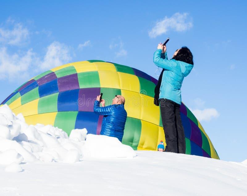 Les visiteurs chez Winthrop montent en ballon le festival prenant des photos du décollage chaud de ballons à air image stock