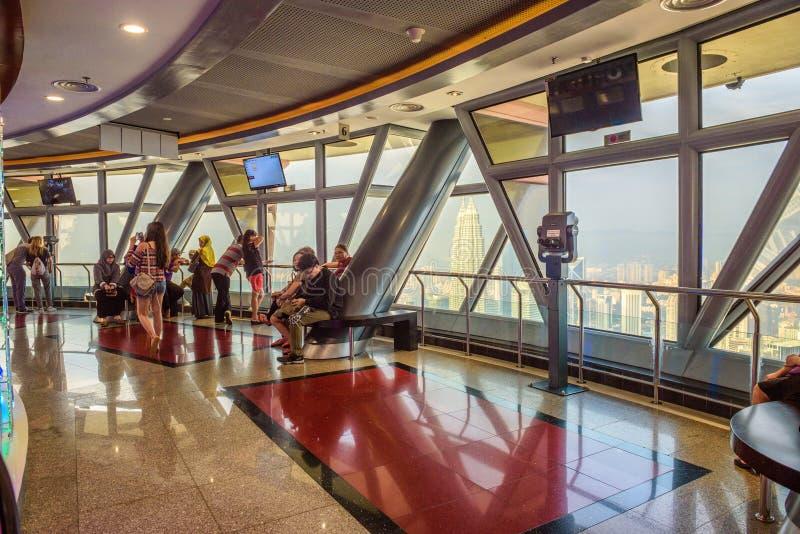 Les visiteurs dans le Menara kilolitre dominent avec la vue panoramique de Kuala Lumpur photos libres de droits