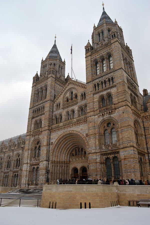 Les visiteurs font la queue dans la neige au musée national d'histoire, Londo images stock