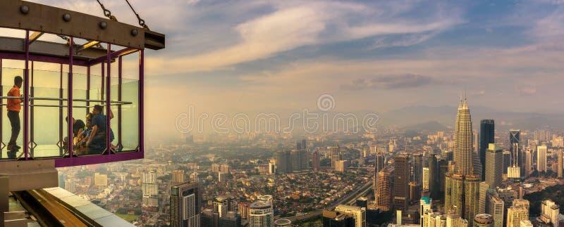 Les visiteurs sur le Menara kilolitre dominent avec la vue panoramique de Kuala Lumpur photo stock