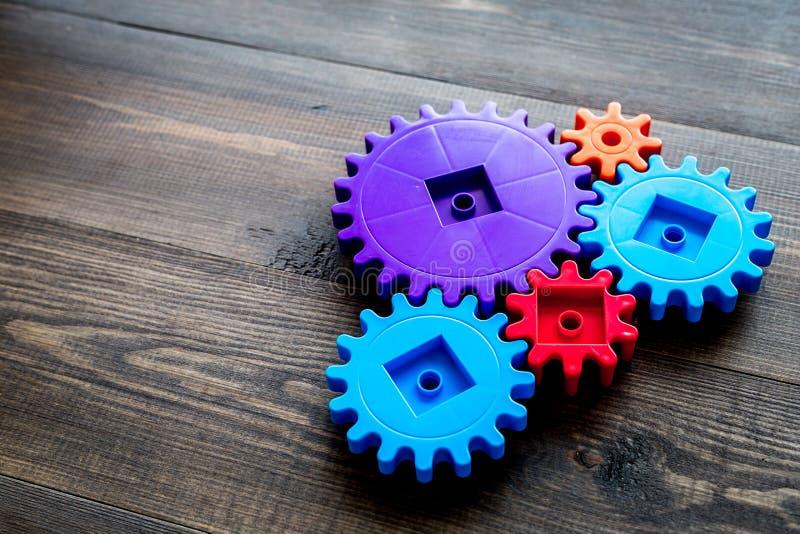 Les vitesses colorées pour l'équipe idéale fonctionnent la maquette en bois de fond de table de technologie photo stock