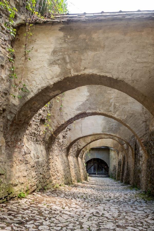 Les voûtes au-dessus de l'entrée de pavé rond au site de patrimoine mondial de l'UNESCO de Saxon de Biertan ont enrichi l'église  photo stock