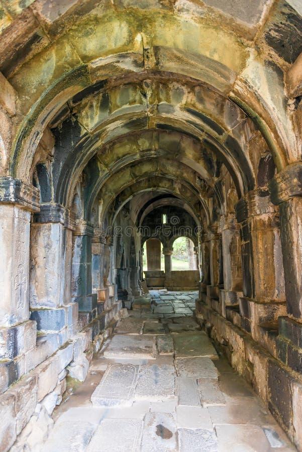 Les voûtes et le couloir de l'intérieur du monastère Sanahin en Arménie image libre de droits
