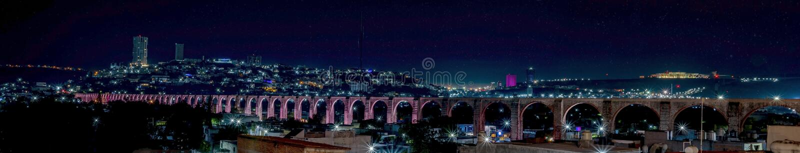 Les voûtes, nuit illuminée de l'aqueduc dans Queretaro photos stock