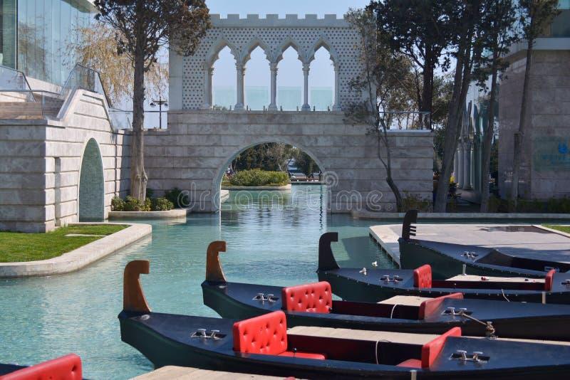 Les voies d'eau vénitiennes dans la ville de Bakou sur le remblai de mer photographie stock libre de droits