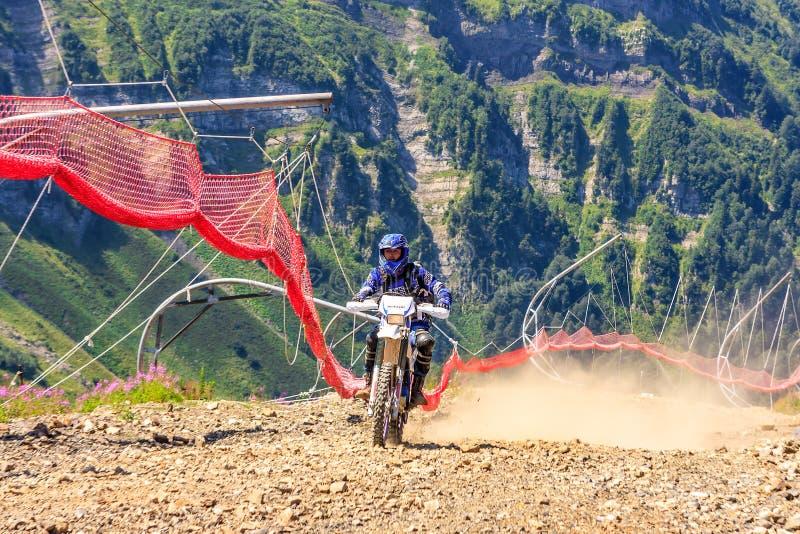 Les voies de ski des stations de sports d'hiver de Sotchi servent de ruelles de terrain aux motocross d'enduro en été images libres de droits