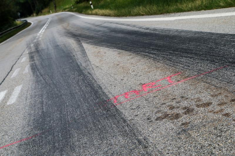 Les voies en caoutchouc des voitures de course photographie stock libre de droits