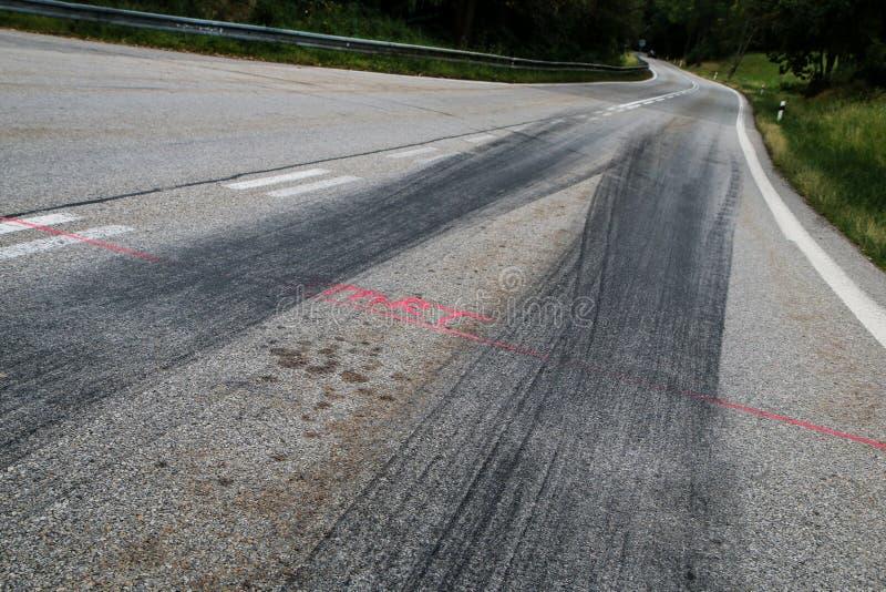 Les voies en caoutchouc des voitures de course photos libres de droits